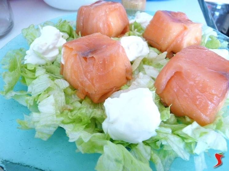 fagottini di salmone con insalata