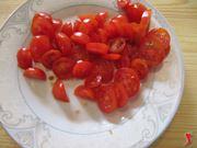tagliare pomodori per bruschette