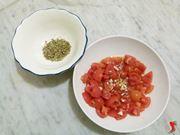 pomodori con aglio e olio, origano da aggiungere
