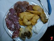 gnocchi fritti, salumi e formaggi