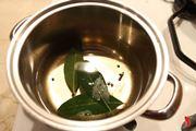 aggiungere olio e aromi in pentola