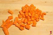 tagliare le carote a cubetti