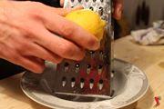 grattugiamo la buccia del limone