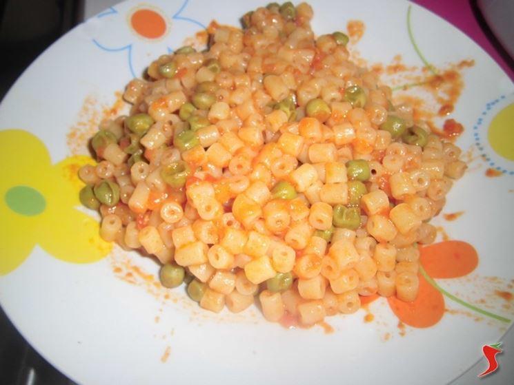 Pasta e piselli con sugo di pomodoro