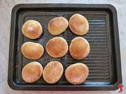 distribuire dello zucchero sulla superficie dei biscotti
