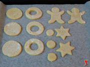 varie forme di biscotto prima della cottura