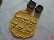 con delle formine realizzare i biscotti
