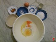 rompere le uova nel recipiente con la farina