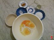 aggiungere le uova intere nel recipiente con la farina