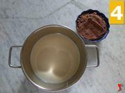 versare latte in un pentolino