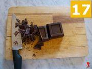tagliare in pezzi la cioccolata