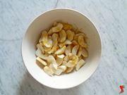 mele tagliate e scorza di limone