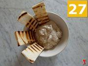 aggiungere il pane abbrustolito nel contenitore della mousse