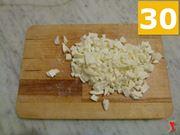 tagliare la mozzarella in parti molto piccole