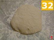 riporre l'impasto su di una superficie con della farina
