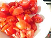 taglio grossolanamente i pomodori