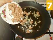 La cottura del sugo con le salsicce