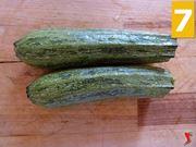 lavare le zucchine e riporle su un tagliere