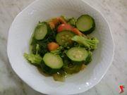 versare verdura in una ciotola