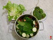 riporre verdure in pentola con acqua
