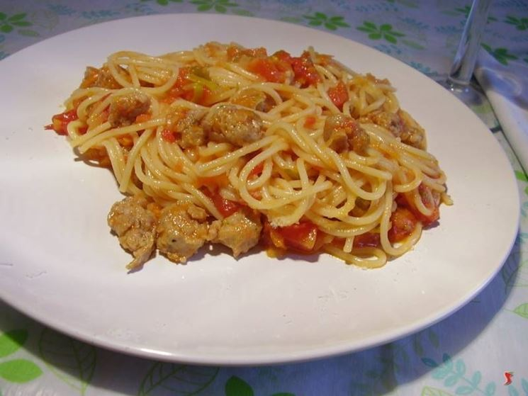 spaghetti con salsiccia al sugo