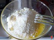 mischio le uova con il formaggio