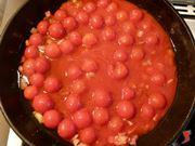 pomodori nella padella con olio, aglio, peperoncino e pancetta