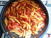 mescolare la pasta con il condimento