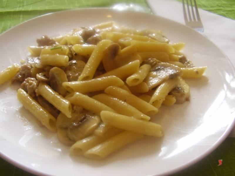 Penne funghi e salsiccia pennette pasta funghi salsiccia - Come cucinare salsiccia ...