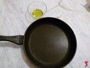versare olio nella padella