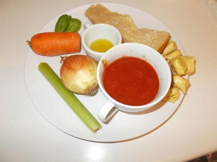 per cucinare i tortellini al sugo seguite la ricetta classica con il soffritto di odori che per due persone prevede