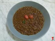 versare le lenticchie in un piatto