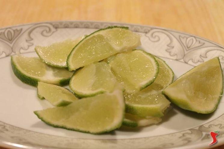 Lavare, asciugare e tagliare il lime