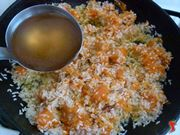 aggiungere il brodo al riso