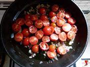 aggiungere i pomodori nella padella