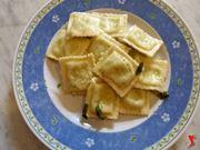 riporre ravioli in un piatto