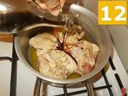 Aggiungere gli ingredienti al pollo
