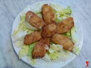 servire la mozzarella su di un piatto di insalata