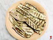 melanzane condite con olio, sale, aglio, peperoncino e aceto