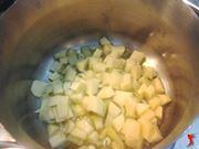 faccio cuocere le patate con il sedano e la cipolla