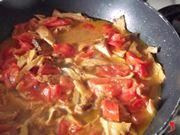 cuocere fino a quando i funghi diventano teneri e i pomodori appassiti