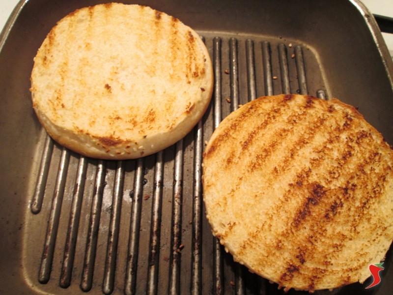 per prima cosa prendete una padella tipo piastra e scaldatela per bene quando a temepratura tagliate il panino per hamburger e iniziate a scaldarlo dalla