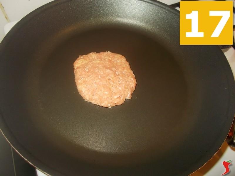 ora mettete una padella ampia ed antiaderente sul fuoco vivace e una volta calda metteteci lhamburger 16 a cuocere per sette minuti su un lato 17 e poi