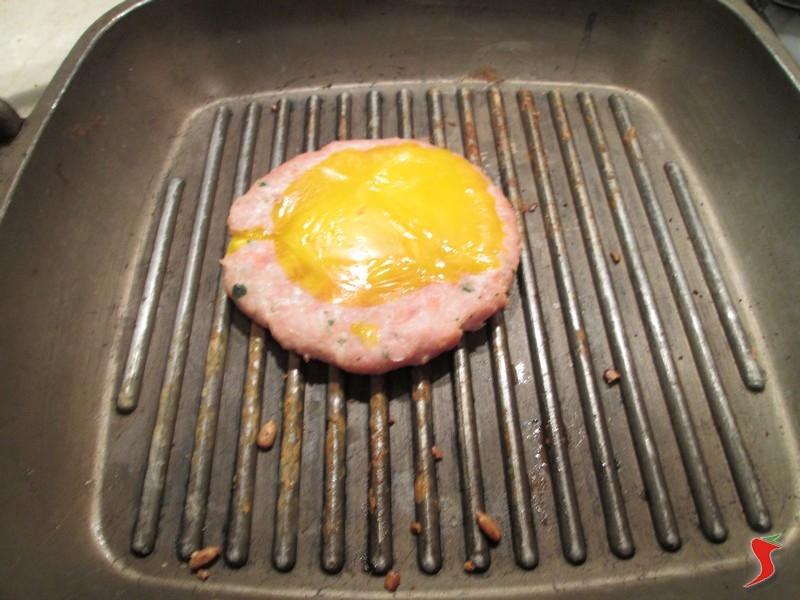 cucinare hamburger aggiungere tuorlo impiattare