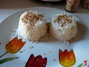 dispongo il riso nel piatto e spolvero con semi di sesamo