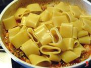 termino la cottura della pasta con il sugo