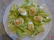 riporre le uova su un piatto di insalata