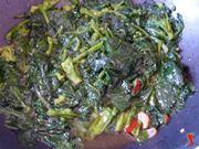 faccio insaporire i broccoli in padella con il soffritto
