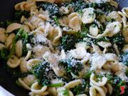 ripasso le orecchiette nella padella insieme ai broccoli e il formaggio