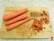 sbucciare carote e tagliare a dadini